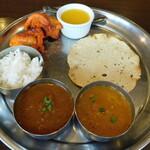 インド料理 プルニマ - プルニマスペシャルセットの2種類のカレー、ナン&ライス、サラダ、チキンティッガ2P、パパド、デザート(ランチメニュー)