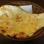 インド料理 プルニマ - おかわりしたガーリックナン(ランチ)
