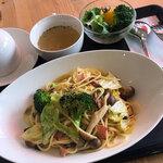 カフェふれんず - 料理写真:「今週のパスタ 早生キャベツとブロッコリーのペペロンチーノ」(650円)。