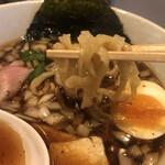 NOODLE CAFE SAMURAI - 麺は中太の縮れピロピロ麺。