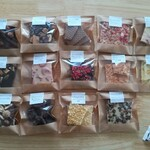 日用菓子店 冬庫 - 料理写真:買ったもの(右下はおまけのお豆)各220円税込