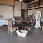 ao cafe - 此処は元々昭和初期に料亭として使われていた建物をオーナーが買い取ってご自分で約1年かけて改修したカフェだそうです。