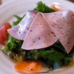 レストランITOSHIMA - 「オススメランチ」(1,300円)のサラダ。3種類のハムがどーん。ハムはもちろん野菜も美味しかったです。