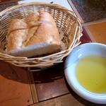 レストランITOSHIMA - 「オススメランチ」(1,300円)はパンかライスが選べます。パンはオリーブオイルが添えられていて、ライスはおかわりできるそうです。