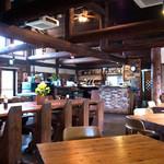 レストランITOSHIMA - 店内にはピアノがあったりして、森の中のレストラン的な雰囲気。