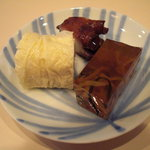 もり川 - つきだし (煮凝り、蛸桜煮、湯葉巻)。