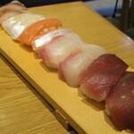 本格握り寿司と旨い酒 ふらり寿司 - 初めに提供される お寿司 10貫(二人分):鯛×2、鮪×2、サーモン×2、ヒラメ×2、鯵×2。。     2020.01.29