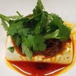 琉球泡盛酒場とぅるるん - 湯豆腐パクチー海老ラー油
