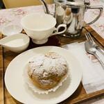 124524698 - シュークリームと紅茶                       こちらの方が美味しかった〜!!