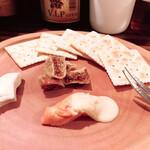 ワイン食堂 イタダキヤ - エポワスチーズとパルミジャーノ ドライイチジク