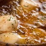 シャンブルドット ハナ - 小エビとキノコのオイル煮 ニンニク、生ハムの香るオイルでスペイン風に。
