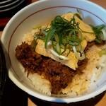 豚骨ラーメン さんじゅう丸 - ランチB丼は、解したチャーシューに玉子焼きが載ったもの