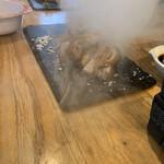 燻製沖縄料理 かびら亭 - 鶏肉のお出ましーー!