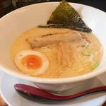 124560928 - 鶏白湯ラーメン                       表面のスープが固まるほど濃厚