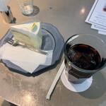 レモンドロップ - 料理写真:カマンベールチーズケーキ ¥594 税込  セットアイスコーヒー ¥528 税込