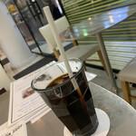 レモンドロップ - ドリンク写真:カマンベールチーズケーキ ¥594 税込  セットアイスコーヒー ¥528 税込