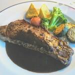 トレインレストラン日本食堂 - 表面が香ばしく焼けており赤ワインが効いたソースがかかってます。リッチとモダンの象徴のような彩りの洋食!
