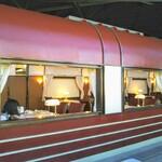 トレインレストラン日本食堂 - これは食堂車席。車両モデルの中になっていてテーブルや座席、装飾などは食堂車ぽくなってますが車窓が食堂内の他の座席になってしまいます。