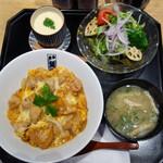 魚忠 - 特上玉子の親子丼1,080円。