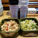 魚忠 - 卓上には、甘酢漬けの生姜大根・白菜漬けがあります。