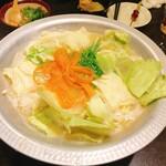 九段下 鳥福 - 白湯スープの水炊き。鶏肉を頂いたら野菜!