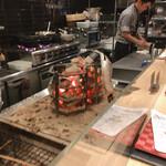 ろばたの魚炉米 - この囲炉裏で焼き焼きしてくれます。 小生のニシンが焼かれてますね!