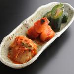 焼肉居酒屋 マルウシミート - キムチの盛り合わせ  ¥650-