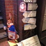 COCOA SHOP AKAITORI - 入口の階段脇にいるウサギさん♪