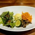 Cafe 247 - セットのサラダ。色々入ってて凝っています。