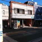 Cafe 247 - お店外観。反対側の道路から。