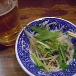 ずくや昌楽 - 生ビール500円とサービスのサラダ