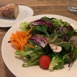 ル プリュ ムーチョ - 料理写真:サラダとパン
