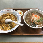 ヒマラヤラーメン - 麻婆丼+みそラーメン、900円。
