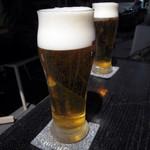 12461137 - 暖かい陽射しの中、ビールで乾杯