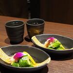 蟹と海鮮 個室居酒屋 東郷 - お通しの蟹酢