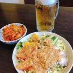 第7ギョーザの店 - 自家製キムチ、自家製バンバンジーサラダ そしてビール