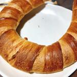 パン・ド・ファンファーレ - クレセント 塩気があり固めのシンプルパン