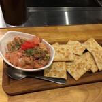 お好み焼き・鉄板 まっちゃん - アボカドトマト明太ディップ。ボリューム十分、さっぱり感やドロッと感をクラッカーで楽しむ。