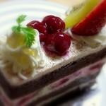 創作菓子 ロッシェ - グリオット(さくらんぼ)・・・素敵なデコレーション
