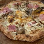ピザハウス ツクルヨ - 『ベーコン、まいたけ、半熟卵のチーズピザ』