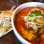 麺屋 茅根 - 野菜炒め200円と辛味噌らーめん800円