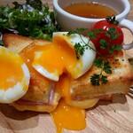 カフェ ブルー - 半熟卵を割って頂きます!