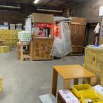 ラーメン倉庫 - 屋台風の受取口