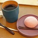 春日大社 カフェ・ショップ鹿音 - 料理写真:まずはレジで注文・会計を済ませて席につきます。 ボキらが注文したのは、コーヒーセット(コーヒー+小菓子)720円。