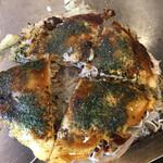 広島お好み焼 くるみ - ミニサイズ650円、トッピングイカ天150円。玉子、キャベツの甘み、豚肉の脂、イカ天の香ばしさ、薄めに塗られたソース、程よく焼き目のついた焼きそば麺。。。記憶に近い味わいです(╹◡╹)