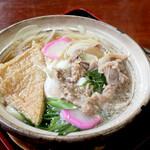 フジ - 料理写真:美味しかったです。盛りは肉、お揚げ、卵、わかめ、玉スラ、 長ねぎ、紅白かまぼこで、鍋は土鍋でした。