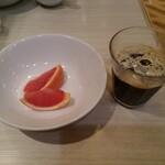 カプリチョーザピッツァ&ビュッフェ - ビュッフェよりフルーツとアイスコーヒー