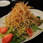 せっせ - サラダの人気はオーダーが入ってから揚げるカリカリジャガイモのサラダ