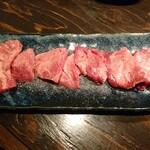 厚肉焼肉ホルモン 牛SUKE - 厚切り特上タン(1760円)