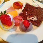 124707429 - ストロベリーなケーキと和菓子